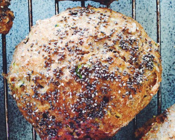 Jeg bager næsten altid de samme boller, når jeg bager. Bollerne består som regel af gær, vand, frø og kerner og forskellige slags mel. Nogle gange er det dog rart at give smagsløgene en overraskelse og ændre lidt på ingredienserne. De her boller er bagt med revet squash, som giver d....
