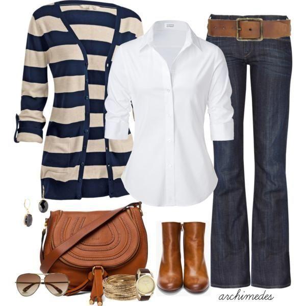 Tenue de printemps, jean foncé, chemise blanche veste rayé blanche et marine avec bottes et sac en cuir marron.