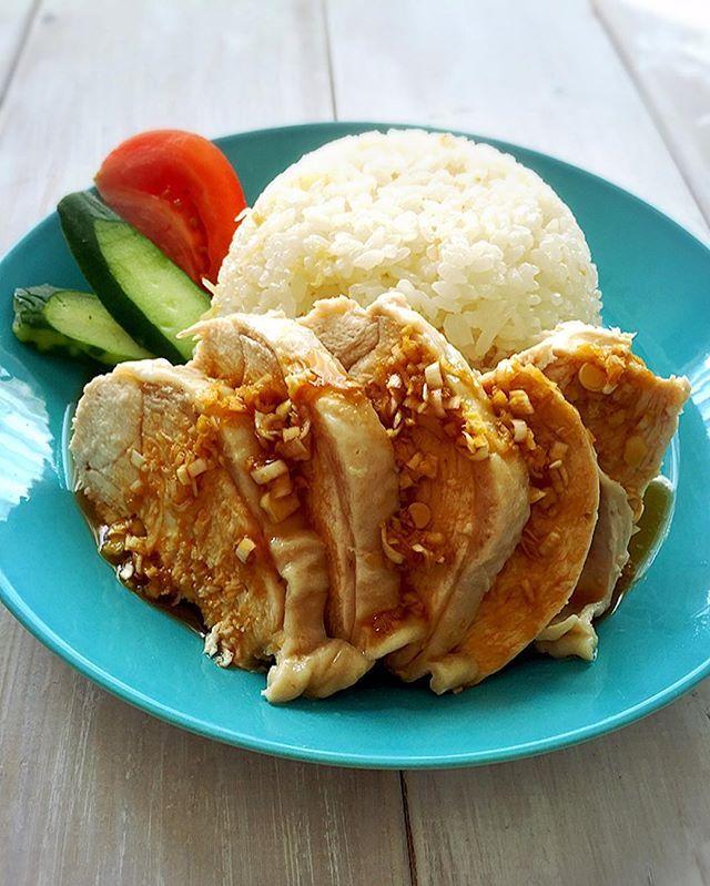 昨日のランチは、炊飯器で簡単にできる、「シンガポールチキンライス」 またの名を「カーオマンガイ」😊😊😊 炊飯器だけで出来るので簡単で楽チンです😁 レシピは、ブログにアップしました😊😊😊 鶏肉は、もも肉がオススメですが、ヘルシーさ重視であれば、胸肉で😊😊😊 おもてなしにも使えますよー❤️❤️❤️ #ランチ#lunch#カーオマンガイ#シンガポールチキンライス#chicken#チキン#タイ料理#タイ#アジアン#japanese#foodpic#yammyfood#instafood#instagood#炊飯器#炊飯器レシピ#簡単レシピ#イッタラ#イッタラティーマ#ittala#北欧食器#稲垣飛鳥#鶏肉#ヘルシーなら胸肉#delimia#日々#くらし#日常#recipe#Delicious