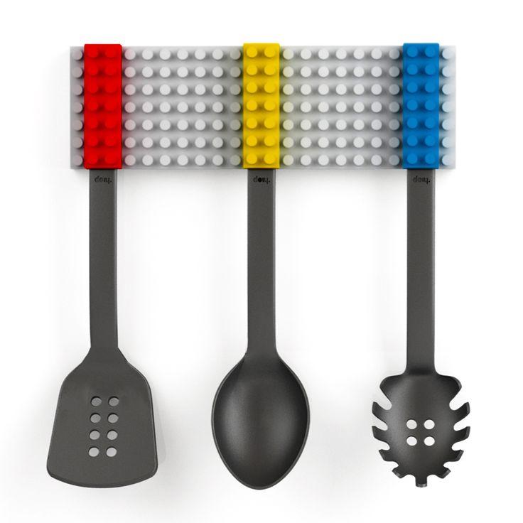 Cuisinier et jouer sont maintenant synonyme grâce à Cooking Block, un set de 3 ustensiles de cuisine constitué d'une louche, une spatule ajourée et une cuillère à spaghetti. Grâce à ce set les 3 outils peuvent être facilement collés ensemble tout comme des Lego. Pour être toujours à portée de main, le support peut être fixé à la paroi grâce à un ruban adhésif ou à des clous. Regardez en ligne les autres produits que vous pouvez utiliser dans la cuisine.