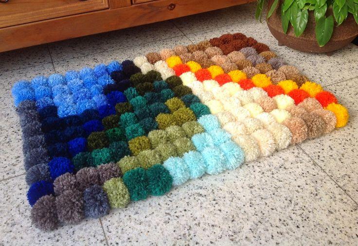 Agulhas e Pinceis: Tapetes Material necessário: 19 novelos de lã com 40gr 50 cm de talagarça Viés agulha de crochê tear para fazer pompons