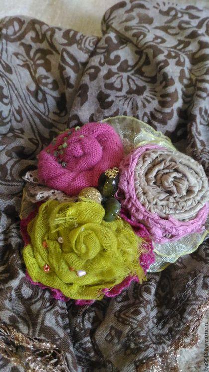 Купить или заказать Текстильная брошь «Маргорита» в интернет-магазине на Ярмарке Мастеров. Текстильная брошь «Маргорита» послужит хорошим подарком, ведь это ручная работа. Брошь оригинальна и неповторима. Основные цвета этой броши – темно-розовый, салатовый, бежевый. Такое сочетание оттенков, как смесь необычного коктейля. Брошь выполнена из нескольких видов теплых и мягких тканей ,тщательно подобранных по цвету . Различные бусины и бисер прекрасно дополняют и поддерживают общий стиль броши.
