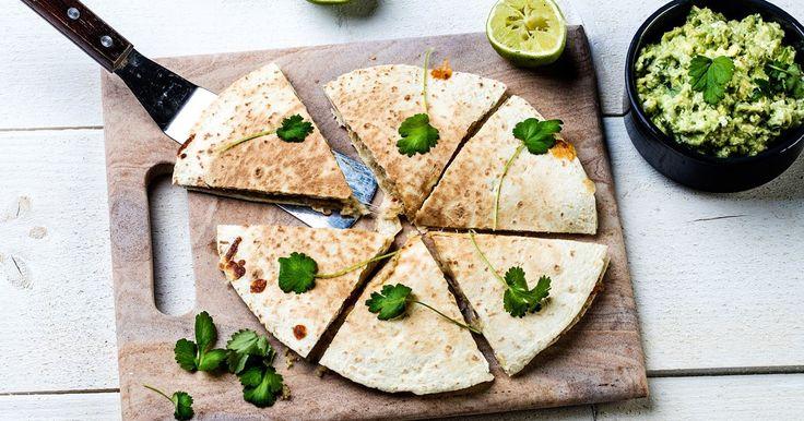 Quesadilla med quinoa er en vegetarisk vri på den meksikanske klassikeren quesadilla!  Du trenger bare noen få ingredienser for en enkel, velsmakende og mettende quesadilla!