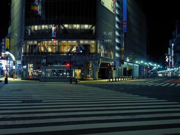 午前3時30分、それまで絶えず車が通っていたスクランブル交差点に一瞬だけ静寂が訪れた。