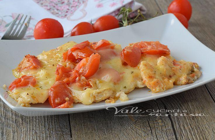 Petti di pollo al forno con pomodorini e scamorza