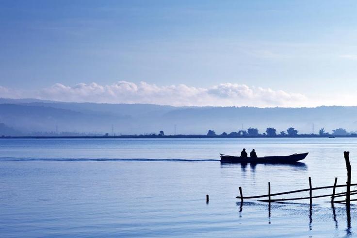 Danau di Sulawesi Tengah ini terletak pada ketinggian 657 meter di atas permukaan laut (m dpl). Dihuni oleh beberapa jenis ikan seperti ikan mujair, lele, nila, dan ikan mas. Nama danau ini sama dengan nama kabupaten di mana danau ini berada.