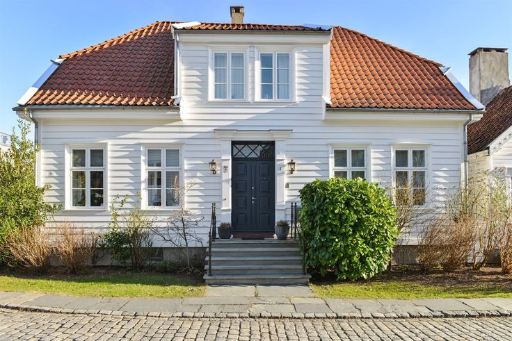 (2) FINN – Herskapelig enebolig - en sjelden anledning i Gamle Stavanger. Lys og luftig hjørne eiendom. Fagmessig totalt rehabilitert i 2007. Utsikt til innseilingen og Vågen.