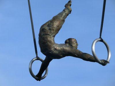 WWW Wiersze Wycieczki Wspomnienia: Między wodą a niebem: wystawa rzeźby Jerzego Kędziory na Kładce Bernatka