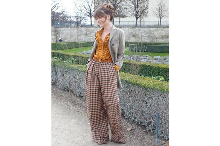 En la gama de los ocres, pantalones de payaso a cuadros y blusa con voladitos. Foto:Agustina Garay Schang