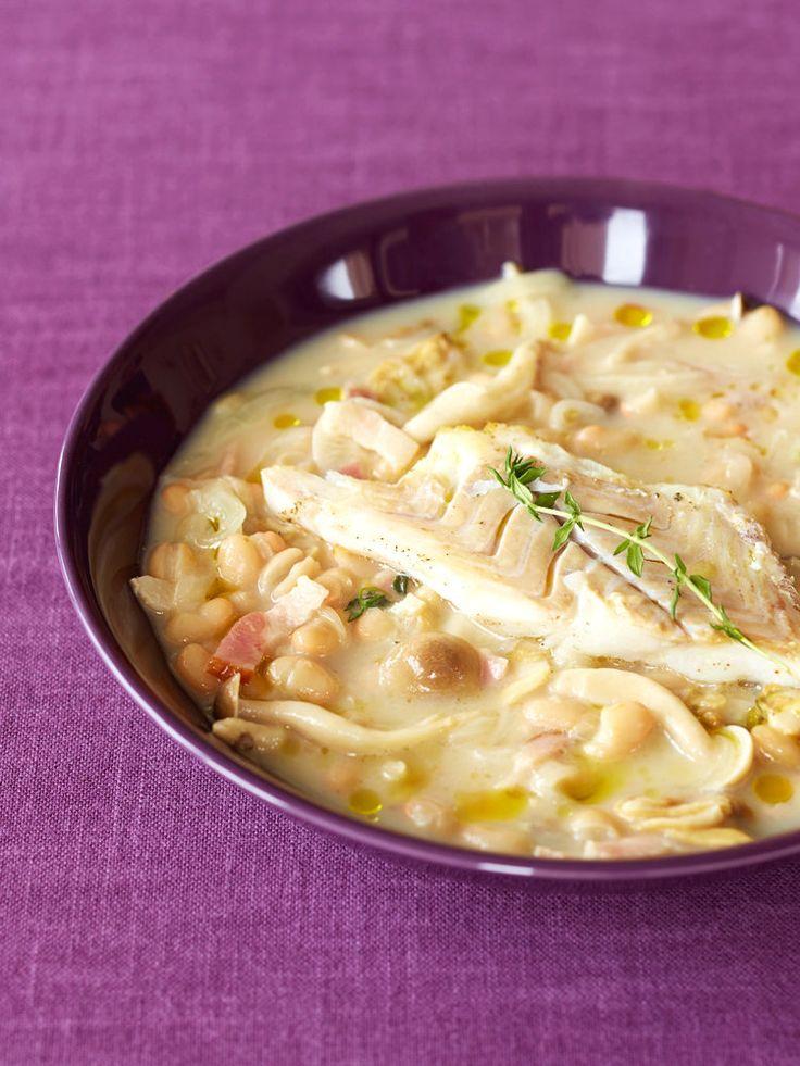 魚介に豆と野菜がたっぷりの具だくさんスープ。お腹も大満足なので、一緒に摂るパンやごはんの量も控えめにできる。水煮の豆を使うので、調理時間が短いのもポイント。|『ELLE a table』はおしゃれで簡単なレシピが満載!
