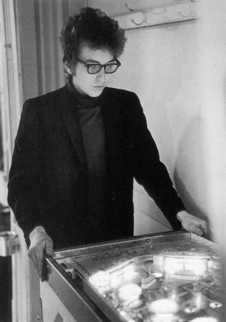 Bob Dylan plays pinball, two great thing in one picture