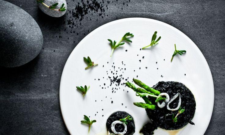 """Kitchenette — Sépiové rizoto s kalamáry, proseccem, chřestem a řasou """"salty fingers"""""""