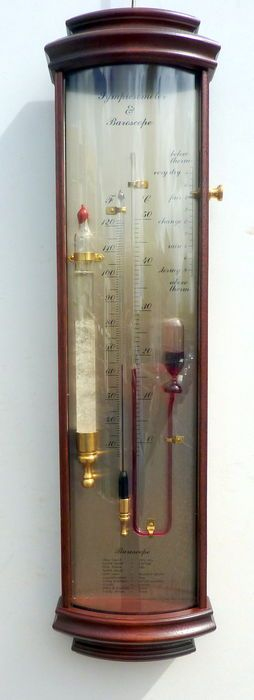 Barómetro distinto de acordo com o sistema de sympiesometer. Inventado pelo Sr. Adie da Inglaterra, meados do século XIX. Cópias antigas são muito raros e caros. Esta reprodução também, tem um vidro de tempestade depois Almirante Fitzroy (baroscope) em que a estrutura dos cristais cânfora prever o tempo. O sympiesometer é um barómetro fluido livre de mercúrio com o qual um pode prever o tempo corrigindo para a influência da temperatura. Para ler o resultado que se olha para a diferença entre…
