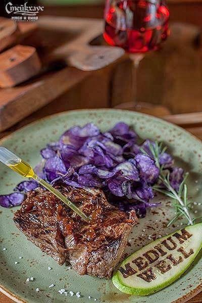 В испанском меню ресторана  «Стейкхаус. Мясо и вино»: антрекот с чипсами Виолетта. Сочный Рибай c чипсами из фиолетового картофеля сорта Виолетта, каплями из насыщенного говяжьего бульона и капсулой с трюфельным маслом.  #ресторан #Одесса