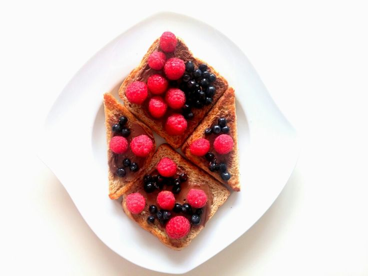 Na śniadanie: pełnoziarniste tosty z nutellą, malinami i jagodami 😍 Mmmhhh pycha 😋❤💋 Zapraszam moją stronę na fb https://www.facebook.com/eatdrinklook/ ❤ /// For breakfast: wholemeal toast woth nutella, raspberries and blueberries 😍 Mmmhhh delicious 😋❤💋 I invite my page on fb https://www.facebook.com/eatdrinklook/ ❤