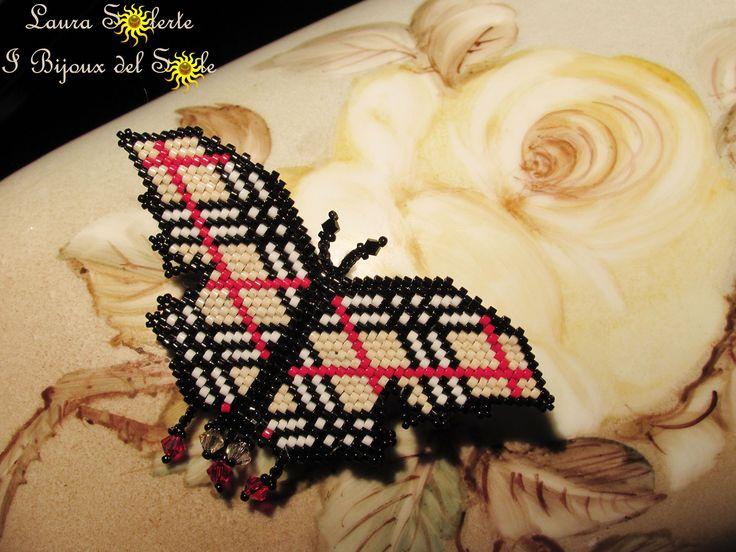 Spilla farfalla Burberry realizzata con perline di precisione giapponesi Miyuki e cristalli Swarovski. Euro 45 escluse le spese di spedizione