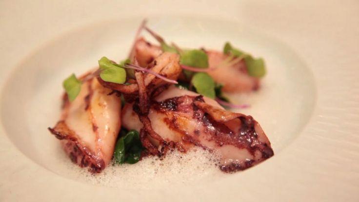 Receta | Chipirones a la sartén con mini acelgas tiernas salteadas y jugo cremoso de jamón - canalcocina.es