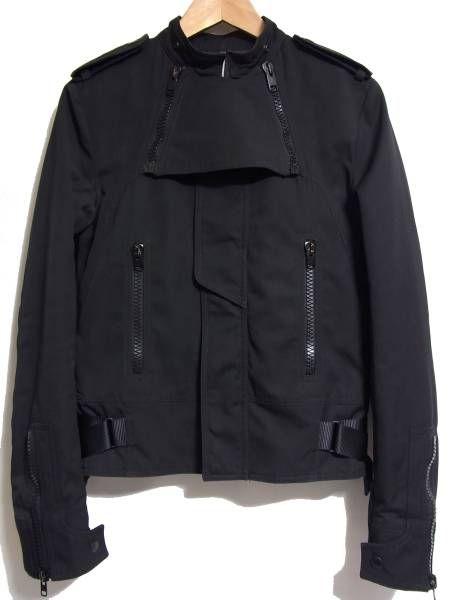 商品詳細 ★商品名…07AW★ディオールオム★アビエイター中綿入りジャケット★色…ブラック★サイズ…44★寸法…肩幅40cm、身幅45cm、着丈57cm、袖丈66cm★状態…7/10位。襟部分のパーツが欠品しておりますのでご了承下さい。その他、若干の着用感はございますが、特筆する汚れ、ダメージ等はございません。★素材…表地→ポリエステル67%、コットン33%、裏地→レーヨン100%、袖裏→キュプラ100%、中綿→ポリエステル100%★特記事項…定価294000円、品番7H3141330393★コメン...