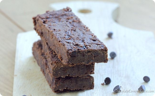 These homemade chocolate protein bars are seriously addictive!