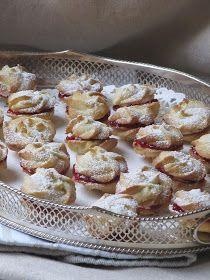 Quoi de plus romantique que les tourbillons d'une valse à Vienne ? Ces biscuits fourrés à la crème au beurre et à la confiture sont tout sim...