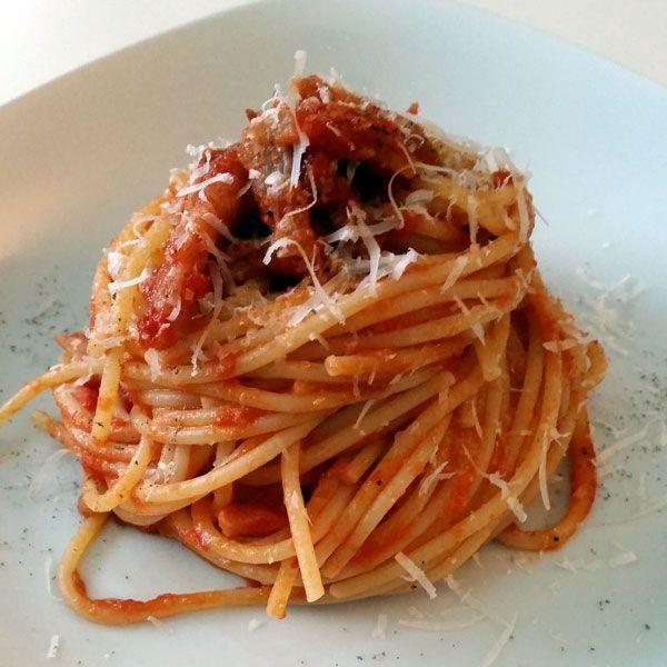 http://www.ciseocifai.it/sugo-alla-amatriciana-e-seo/ Ma nella #amatriciana l'aglio ci va o no ? NO E la cipolla ? NO. O meglio, SI. Ma la ricetta si chiama #Matriciana ! Ho detto la mia sull'argomento. Con dovizia di particolari.  Ah. Le foto sono le mie.  Cucinata oggi a pranzo: e non era buona. Era buonissima ! #ciseocifai