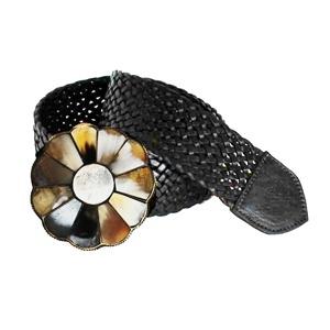 Die aus Horn geblümte Schließe verleiht diesem hochwertig verarbeiteten Gürtel aus echtem geflochtenen Leder das individuelle Design.
