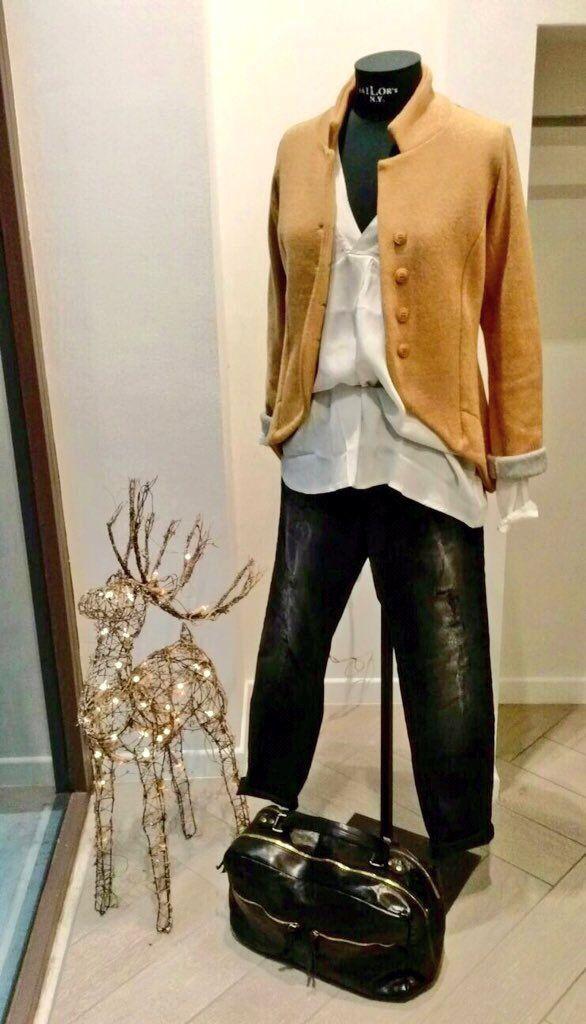 •Camicia scollo V •Giacca lunga dietro lana e cotone •Jeans salirà neri effetto usurato •Borsa vera pelle doppia zip