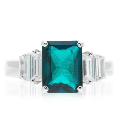 Diamonique, anello in argento 925 placcato rodio. La parte superiore del gioiello è caratterizzata da uno smeraldo sintetico ottagonale che è affiancato da due diamonique taglio baguette. Elegante e dallo stile raffinato, con tutto lo splendore Diamonique.