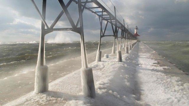 Le Lac Michigan gelé par les températures glaciales