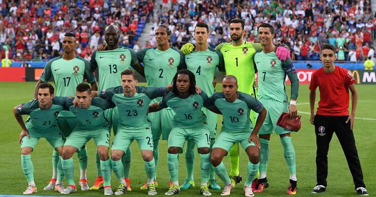 Ball boy makes friends with Cristiano Ronaldo by crashing Portugal's team photo - http://sportrelated.advices4all.eu/ball-boy-makes-friends-with-cristiano-ronaldo-by-crashing-portugals-team-photo/