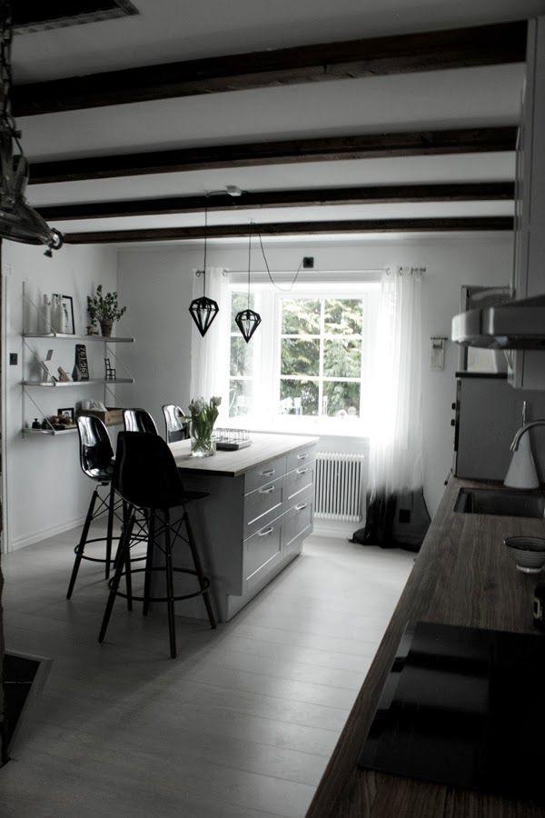 renoverat kök, kök 2014, grått kök, hth kök, barstolar, inredning kök, vitt plankgolv, svarta stolar, dödens lampa, tvåfota design, rostfria hyllor, burspråk i kök, svarta och vita gardiner, dip & dye, helhetsbild köket