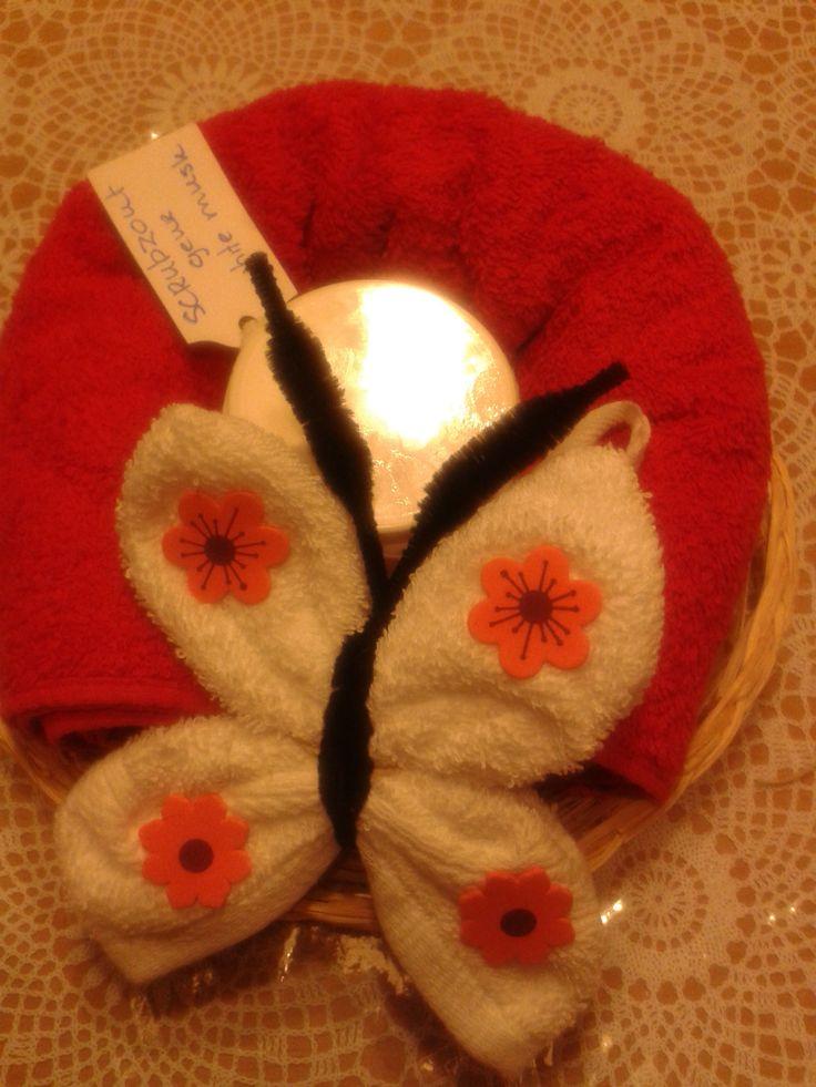 handdoek met washandje in model vlinder met pot scrubzout met geur en verzorgende olie