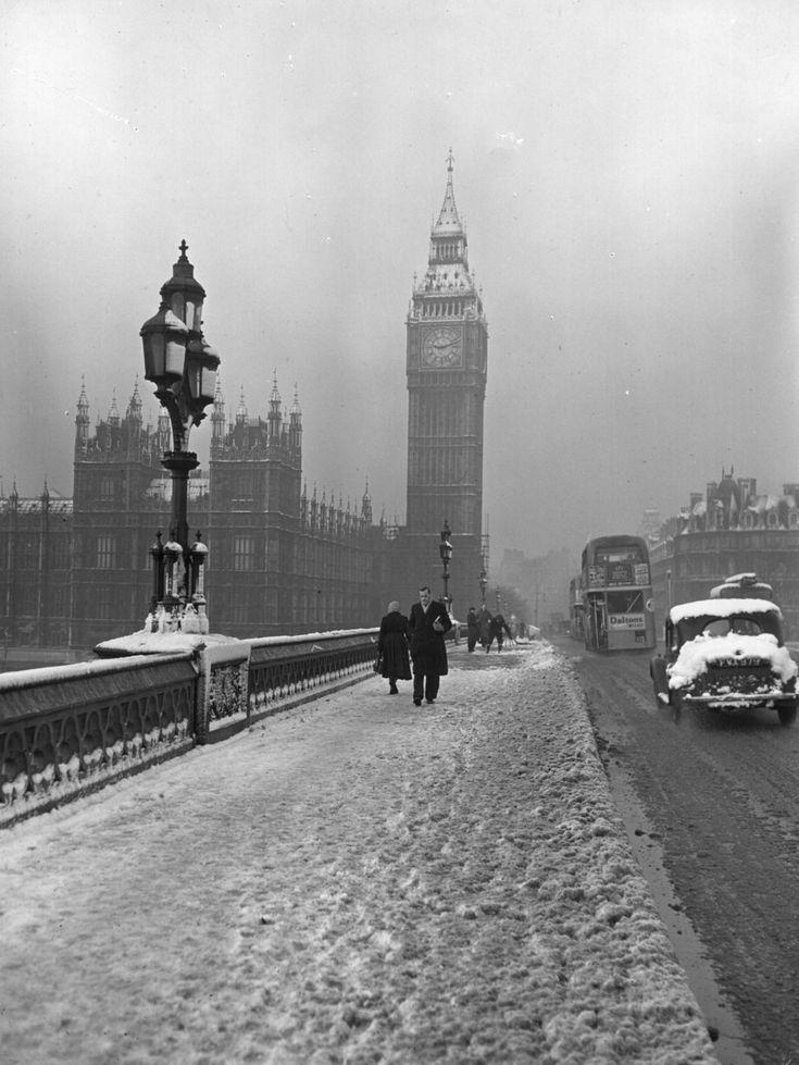 26 Haunting Photos Of The London Fog - 14 January 1955: Westminster Bridge. #winter #london