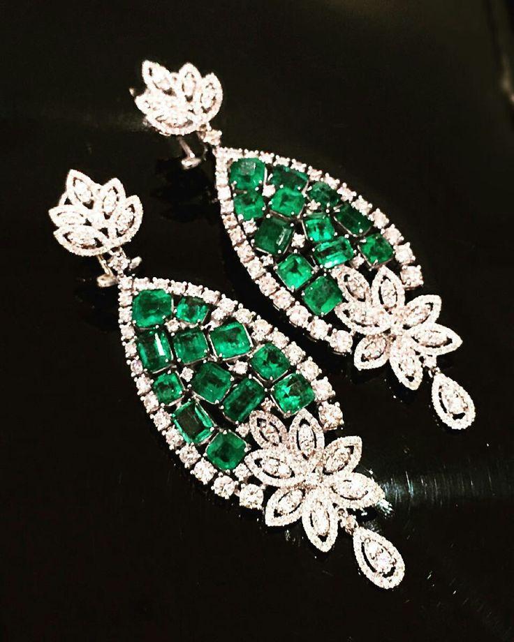Majestuosidad Revelada. Aretes de diamantes y Esmeraldas Colombianas, exclusivamente diseñado para Imperiale Joyeros. #GeneracionesDeExcelencia