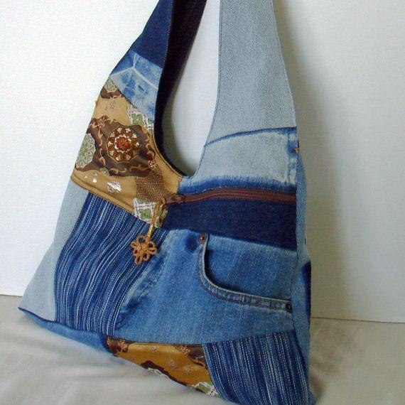 Uno - de - una - especie. Cómodo y elegante. Bolso del genial jean reciclado patchwork hobo. Se hace una bolsa de obi Japon, Jeans viejos y tela de mezclilla. Alineado completamente (vintage kimono japonés) con bolsillos: 1 x dentro (con cremallera), 2 x fuera. Cierre superior con broche magnético. Correa de hombro: 25 Material、color: viejo jeans, tejido a mano (mano teñido indigo denim), denim y tela obi japonés. Color: azul indigo, azul y luz. Tela de obi japonés. (sintético) Color ámbar…