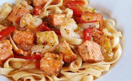 Μεσογειακή μακαρονάδα με γαρίδες και σολομό