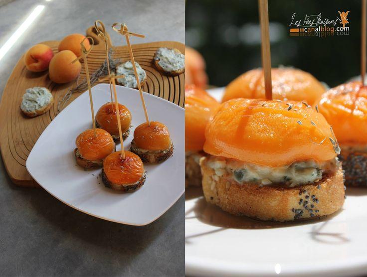Bouchées au roquefort, abricots, thym sur baguette aux graines de pavot ~ Les Fées Maisons https://www.facebook.com/lesfeesmaisons?fref=ts