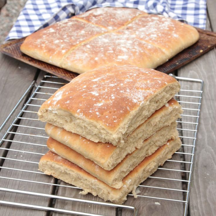 Luftiga och saftiga brödrutor som är makalöst goda med smör och en skiva ost.