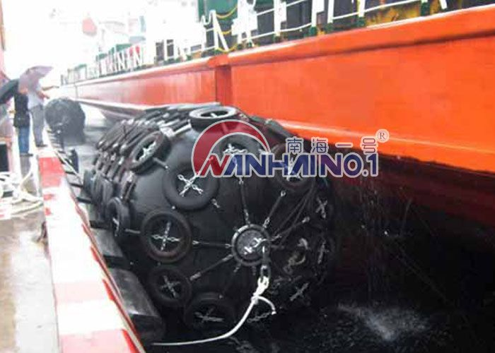 The raw material of the Pneumatic rubber marine fender is natrual rubber +synthetic-tyre-cord fabric.
