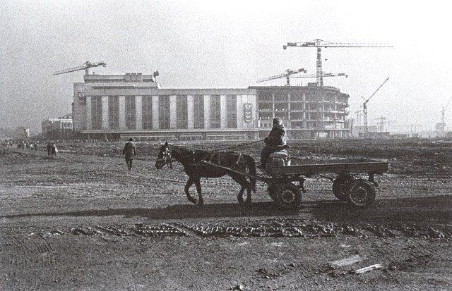 Peisaj bucureștean în era comunistă, magazinul Unirea în momentul extinderii din anii '80. Foto: Andrei Pandele