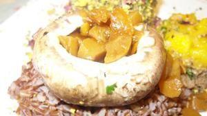 Das perfekte Dinner - Mit Aprikosen gefüllter Portobello, Camargue Reis mit Erdnusschutney und Avocado Trüffel Rezept - Rezepte Kochen - VOX.de