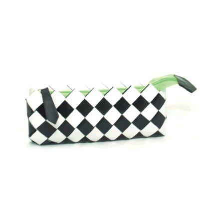 """Questa piccola pochette è l'ideale per chi cerca un accessorio dai toni """"classici"""" ma con un tocco di colore che lo personalizzi. Pratica e maneggevole può essere utilizzata in ogni occasione. Chiusura lampo verde flou e tiralampo in pelle nera. Il bracciale è realizzato in pelle e dispone di un pratico moschettone in acciaio. L. 21 cm - H. 9 cm - P. 3 cm"""