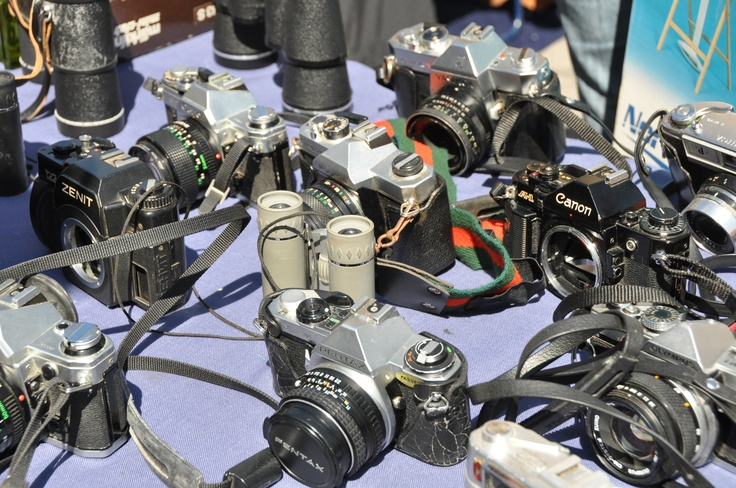 Old cameras (some without their lens) at Feira da Ladra