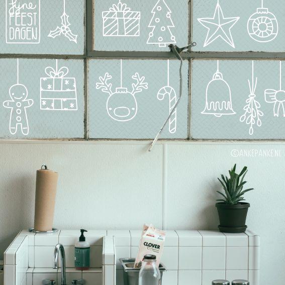 Wat teken je aan de bovenrand van je raam? Wat dacht je van gezellige kerst decoratie? Kerstballen, kadootjes, mistletoe, sterren en ga zomaar door. Instant gezelligheid met deze raamtekening!
