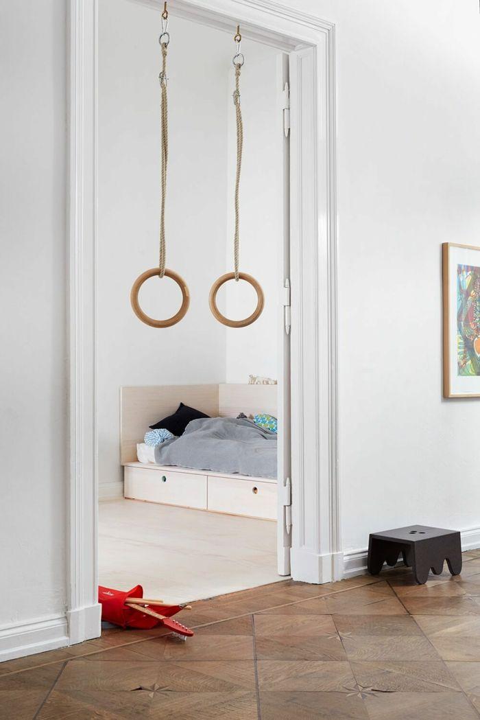 deco chambre garcon lit adolescent avec des gadgets pour le sport et lit en angle aux couleurs claires
