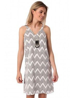 *Witte midi jurk met grijze zig-zag print. Gevoerd en gemaakt van een zachte geweven stof.  V-hals met sleutelgat aan de achterkant.   Relaxt draagcomfort.  Perfect voor een zomerse dag of naar het strand!   Bij iets minder warm weer heerlijke jurk om met een vest te dragen.