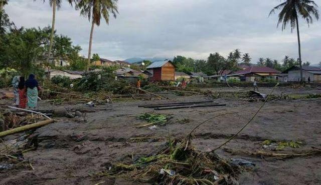 Banjir bandang Padangsidempuan tewaskan 5 korban  Dampak banjir bandang di Kota Padangsidempuan Sumatera Utara Senin (27/3/2017). Dilaporkan ada lima orang warga tewas tersapu banjir.(VIVA.co.id)  Bencana banjir bandang di Kota Padangsidempuan Sumatera Utara menelan korban lima orang warga setempat. Dilaporkan pula ratusan orang hingga Senin 27 Maret 2017 pun masih mengungsi di tempat aman. Dalam siaran pers Badan Nasional Penanggulangan Bencana kelima orang yang tewas tersapu banjir bandang…