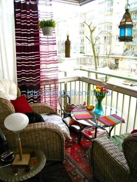 <p>Не всегда для создания красивого интерьера нужны услуги дизайнера. Интерьер можно создать своими руками, достаточно подключить фантазию и креативное мышление. И примером для вас могут послужить представленные фотоинтерьера маленького балкона. Если вы создаете на уютный уголок, то можно декорировать диван яркими подушками контрастного цвета. Для создания уютной зоны отдыха достаточно …</p>