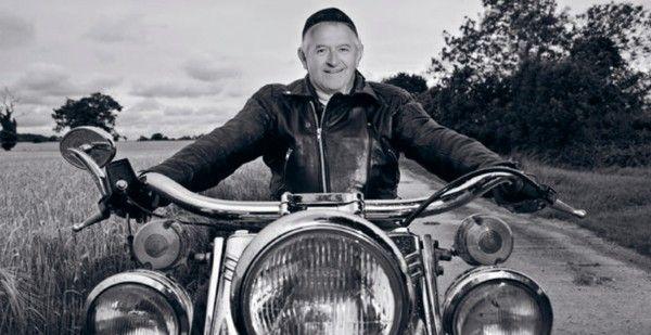 """""""Livet er for kort til bull-shit...!"""" Medlem af the Wild Hogs. John forlader hvert år skuden for at tage på drenge-røvs tur med sine motorcykel-kammerater i bedste WILD HOG stil. Så møder du en flok """"lyshårede"""" mænd på motor-cykel med elleve-taller under næsen, er John garanteret i blandt."""