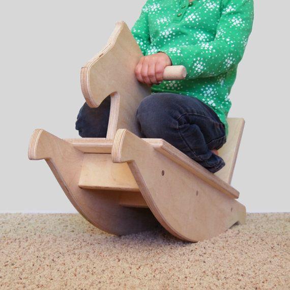 """Cavalo de balanço de madeira do brinquedo por LittleSaplingToys no Etsy O cavalo de balanço é de cerca de 24 """"de comprimento, 8,25"""" de largura e 16 """"de altura. O assento fica 5,5"""" do chão $75"""